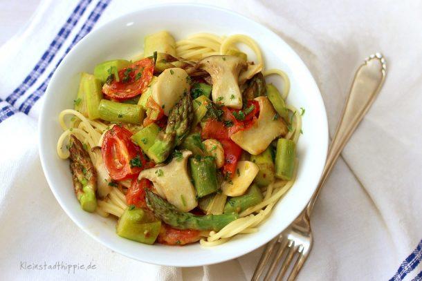 Spaghetti mit grünem Spargel, Kräuterseitlinge und Tomaten