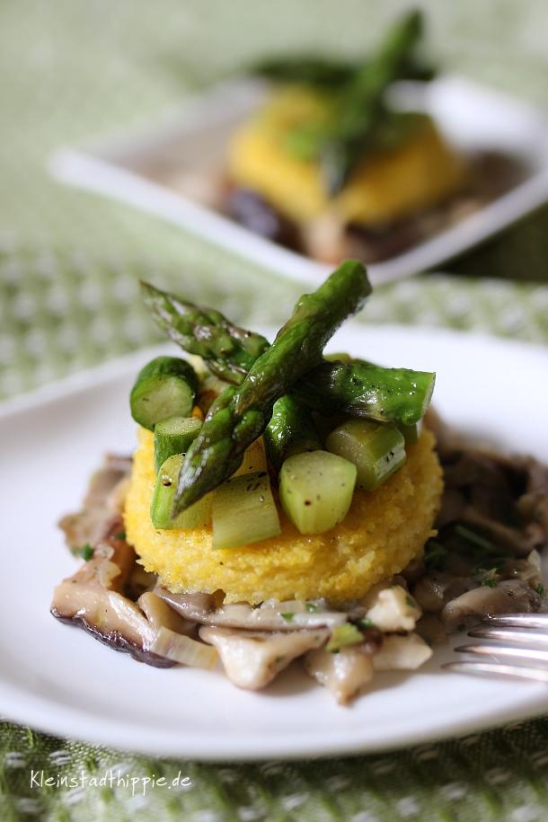 Spargel-Polenta-Tartelettes auf Pilzbett
