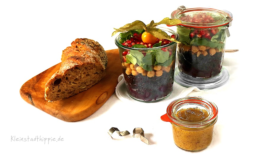 Schwarzer Reissalat to go mit Granatapfel, Kichererbsen, Feldsalat und Rote Bete. Dazu ein Dressing mit Senf, rotem Kampot Pfeffer und Grenadine
