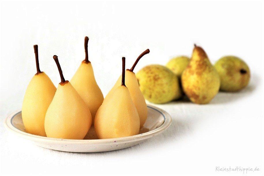 Die Birnen in der Apfelsaft-Zimt-Mischung kochen
