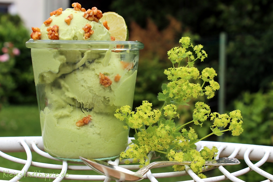 Avocadoeis mit Mandelkrokant - vegane Eisrezepte von Kleinstadthippie