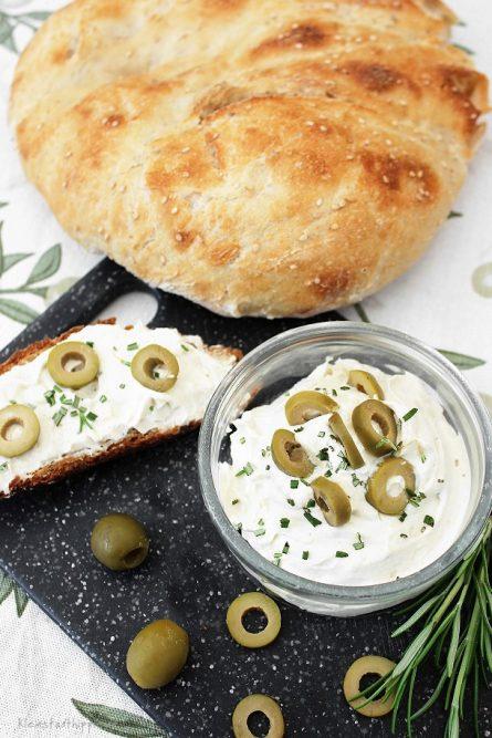 veganer Frischkäse mit Oliven und Rosmarin
