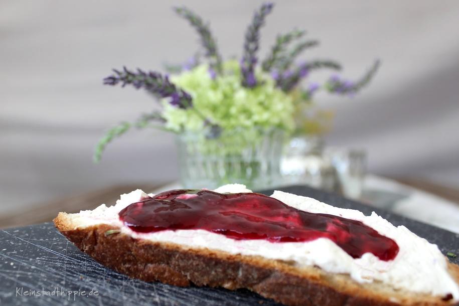 Frischkäse-Marmelade-Brot