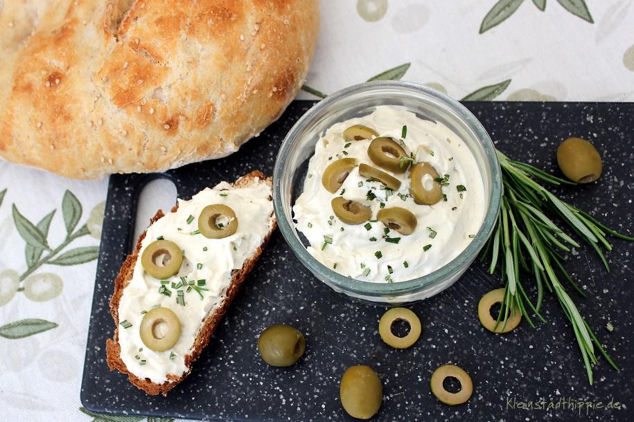 Frischkäse mit Oliven und Rosmarin