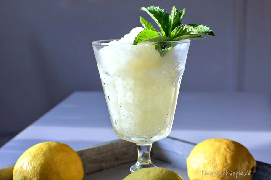 Zitronen-Granita mit Pfefferminze