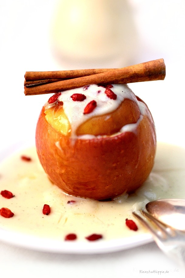 Bratapfel mit Vanillesoße - veganes Dessert