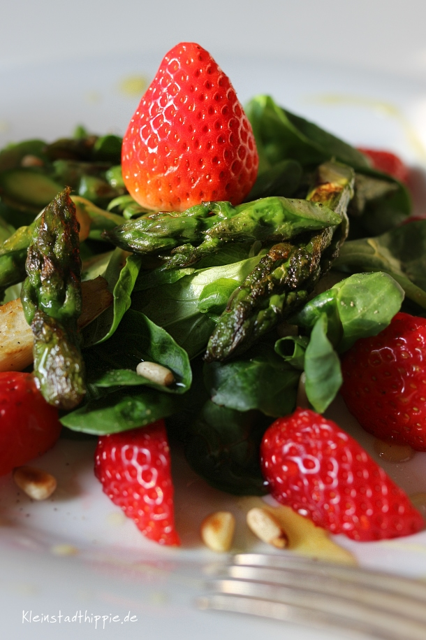 Feldsalat mit grünem Spargel und Erdbeeren - Rezept mit Erdbeeren von Kleinstadthippie