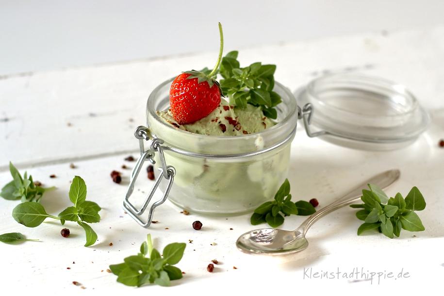 Basilikumeis mit rotem Kampot-Pfeffer - Eisrezepte von Kleinstadthippie - vegan und lecker