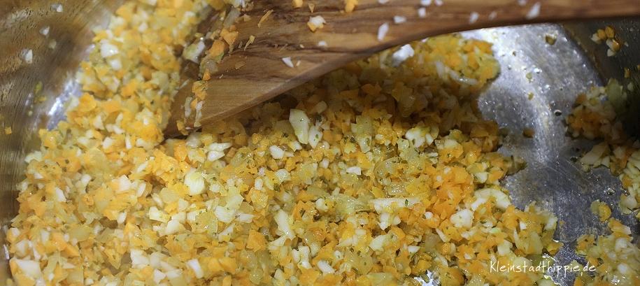 Karotten und Sellerie anrösten für vegane Bolognese