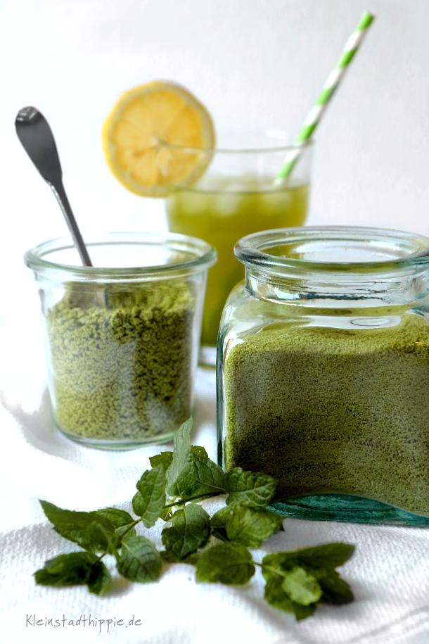 Pfefferminzlimonade aus Pfefferminzzucker und Zitronensaft