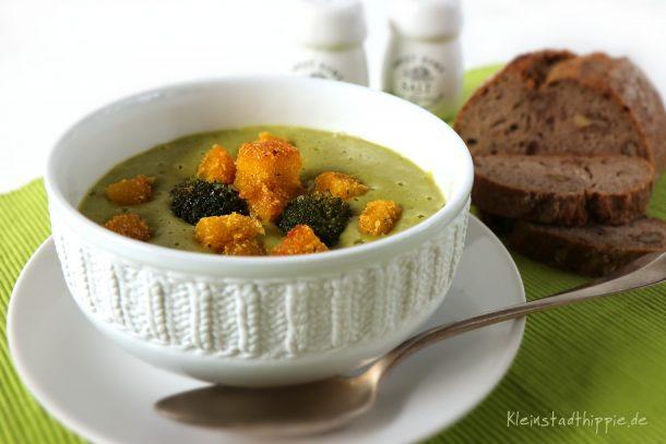 Brokkolicremesuppe mit Polentacroutons