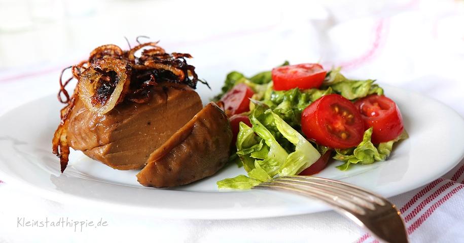 Dinki-Steak mit Röstzwiebeln und Salat