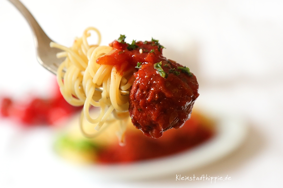 Vegane Hackbällchen in Tomatensoße mit Spaghetti