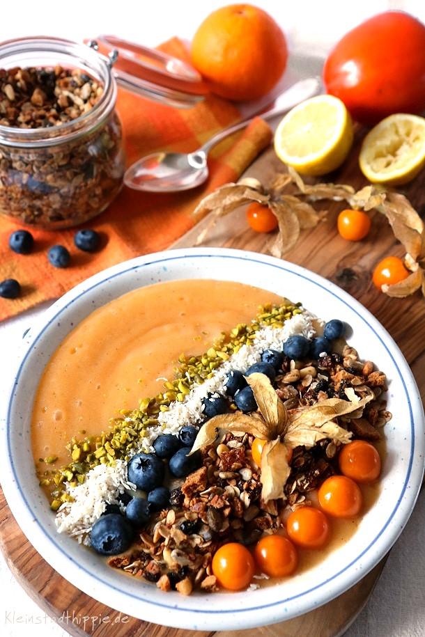 Smoothie bowl mit selbst gemachter Granola