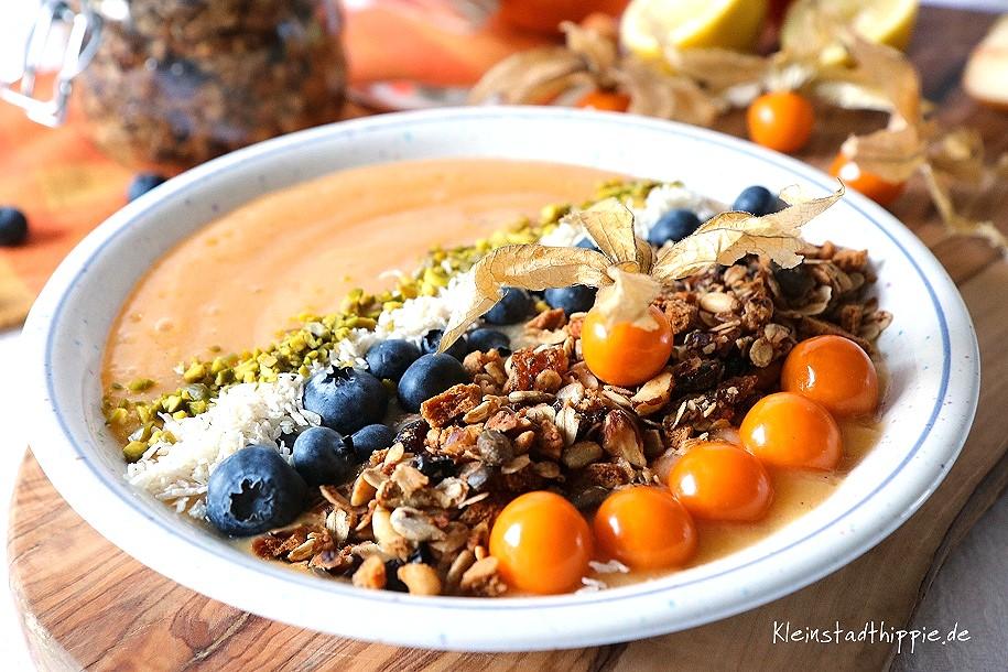 Smoothie bowl mit Kaki Blaubeeren, Granola, Physalis