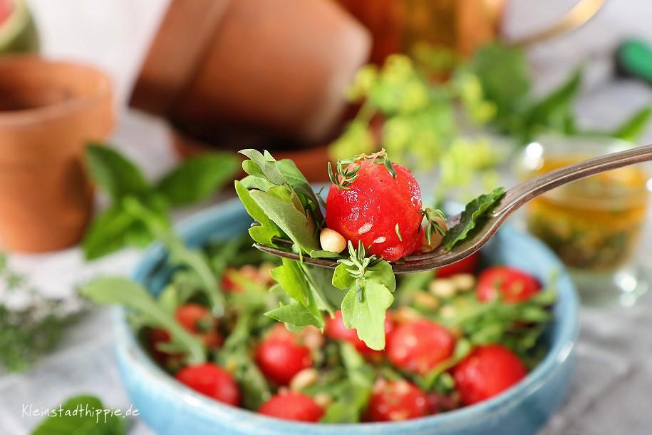 Sommerlicher Rucolasalat mit Pinienkernen