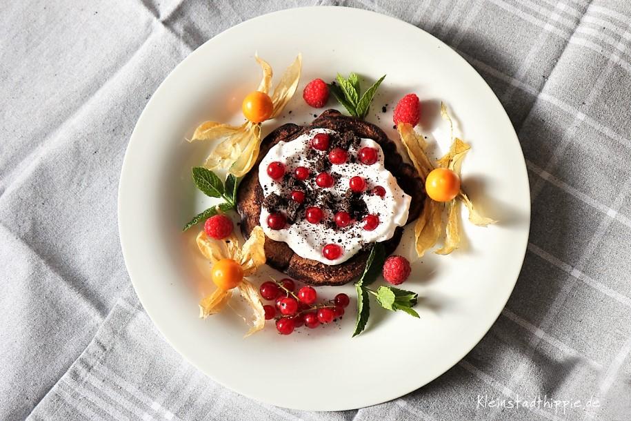 Pancakes, Sahneersatz und dann Johannisbeeren Eine Dessert-Portion Pancakes, Sahneersatz und Johannisbeeren