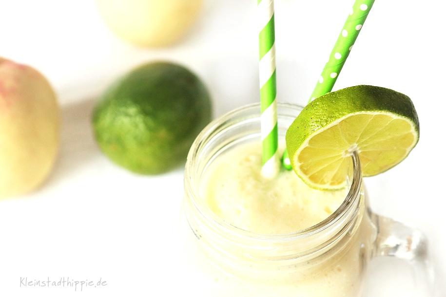 Smoothie mit Ananas und Kokos