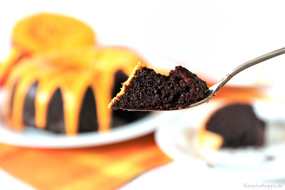Veganer Schokoladenkuchen mit Kürbis und Zuckerguss - so fein!
