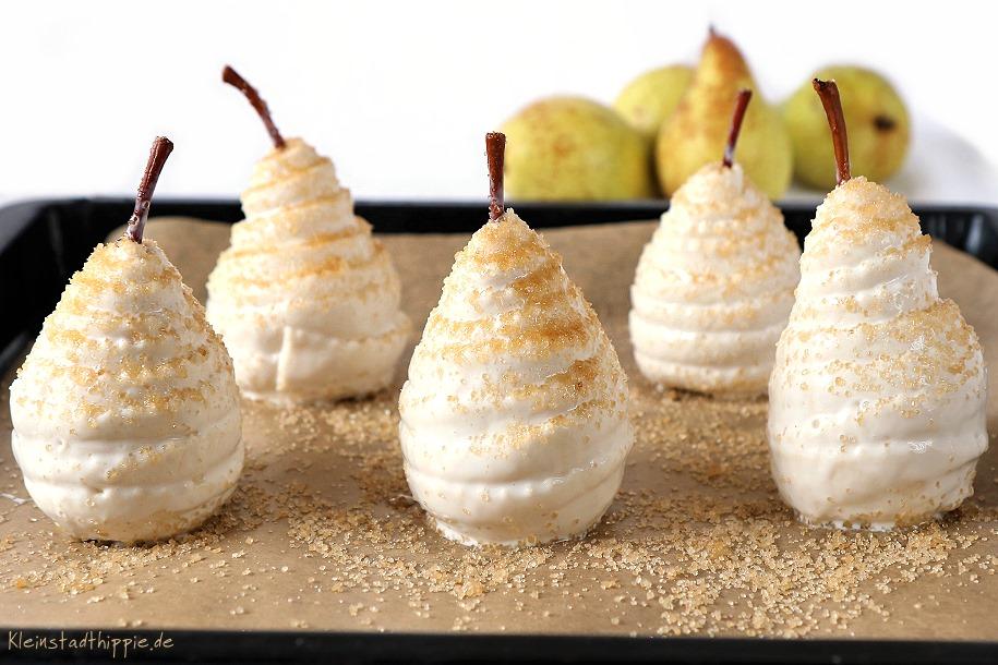 Die Birnen im Blätterteig mit braunem Zucker bestreuen
