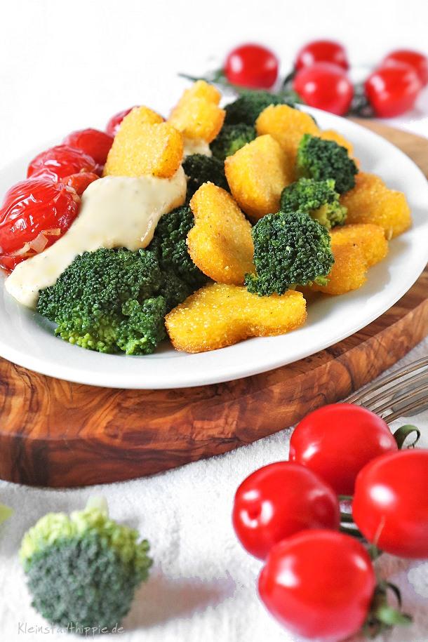 Brokkoli mit Cashewsahnesoße, Tomaten und Polentaherzen