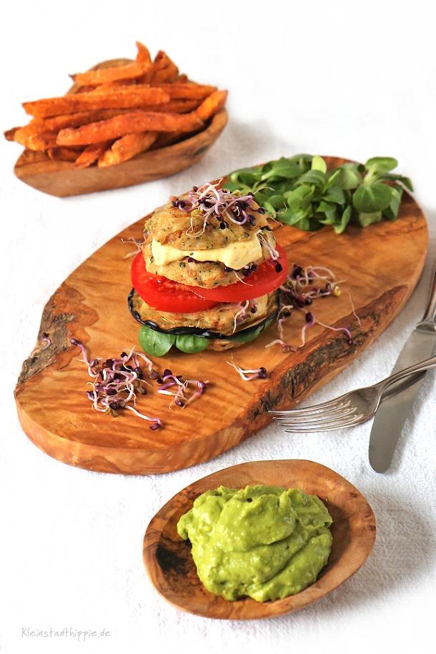 Knödelburger mit Süßkartoffelpommes und Guacamole