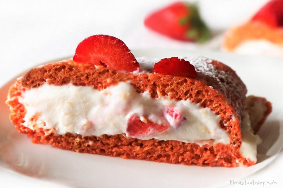 Veganer Biskuit gefüllt mit veger Sahne und Erdbeeren - Kuchen zum Muttertag