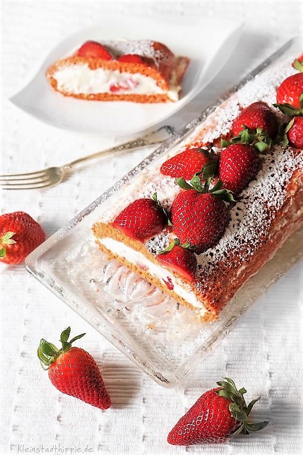 Erdbeerroulade - Erdbeerbiskuitroulade - Backrezepte zum Muttertag von Kleinstadthippie