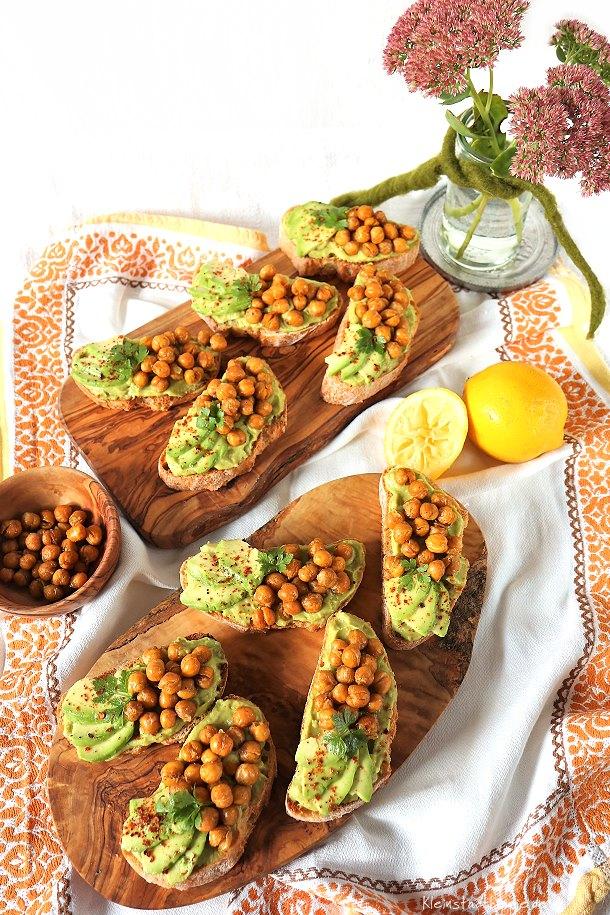 Avocadobrötchen mit gerösteten Kichererbsen - Fingerfood vegan - Guacamole