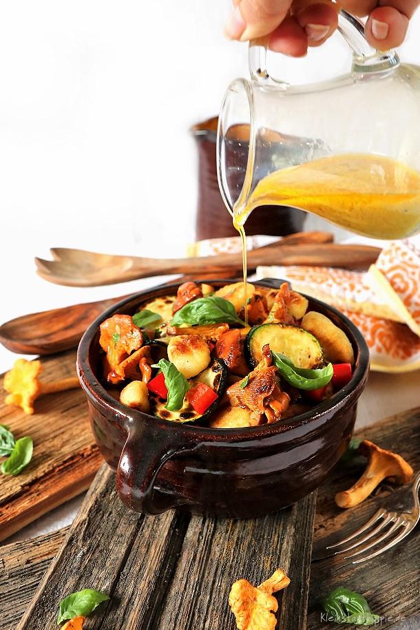 Gnocchisalat mit Pfifferlingen, Zucchini und roter Paprika. Vegan to go