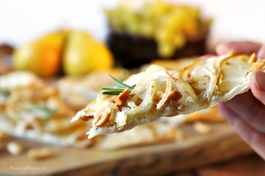 Veganer Flammkuchen mit Birnen und Erdnüssen