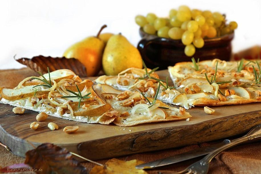 Flammkuchen mit Birnen und Erdnüssen
