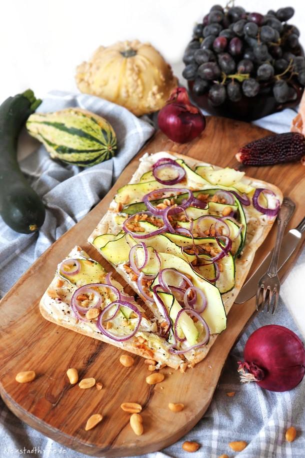 Flammkuchen mit Zucchini und Erdnüssen