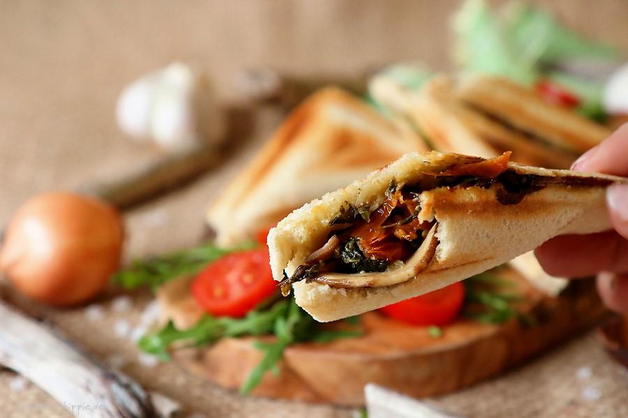 Veganer Sandwichtoast mit Spinat und Champignons