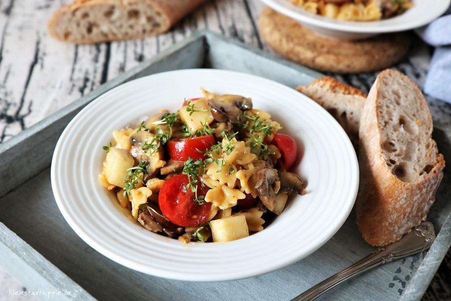Veganer Nudelsalat mit Birnen, Champignons, Minirisptomaten und Cashewkernen