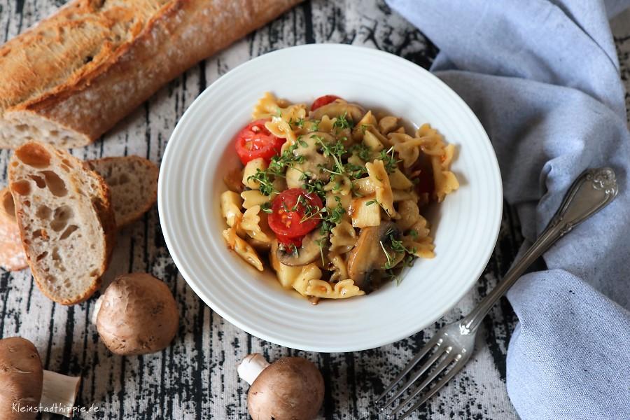 Nudelsalat mit Birnen, Champignons, Minirisptomaten und Cashewkernen
