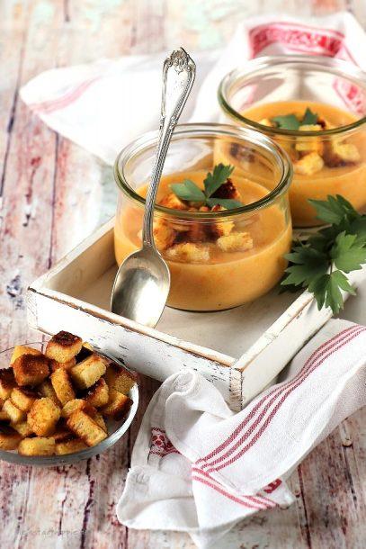 Vegane Kartoffelsuppe mit knusprigen Croutons