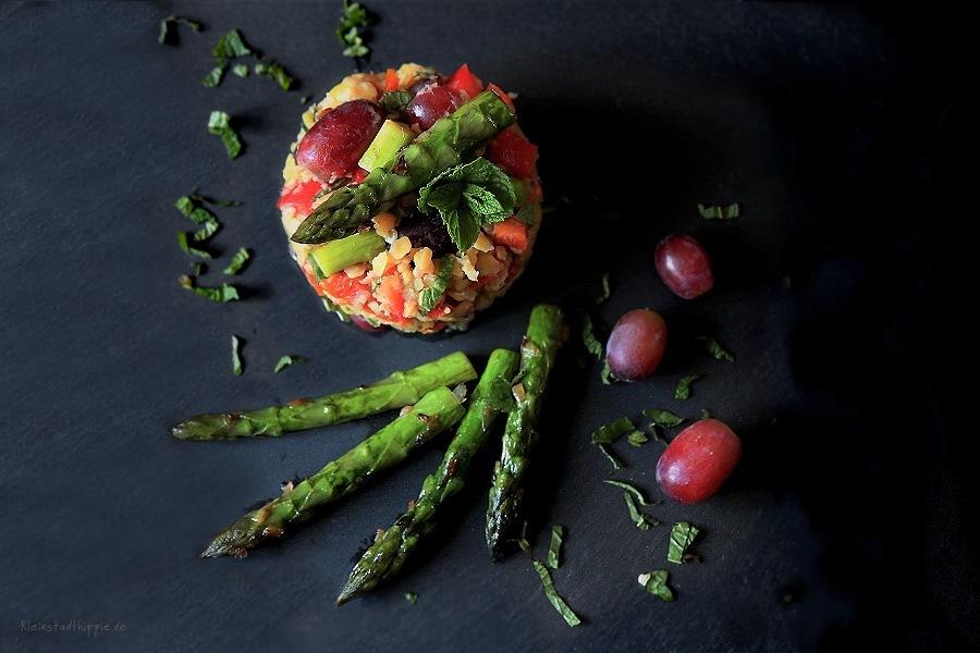 Gelber Linsensalat mit grünem Spargel und Trauben