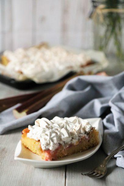 Veganer Rhabarberkuchen mit Baiser und Vanillepudding
