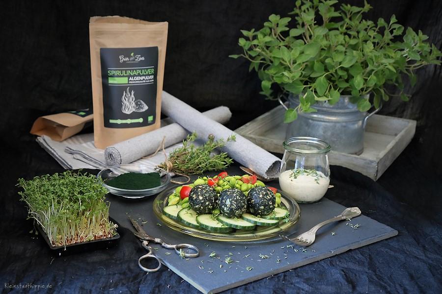 Spirulina-Proteinbällchen und Sojabohnensalat Proteinkugeln Energiekugeln eiweißreich