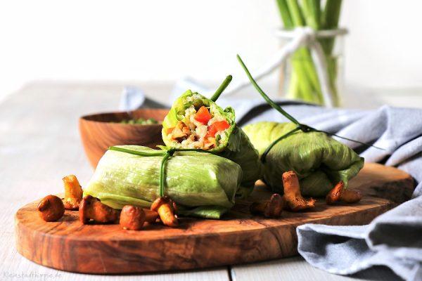 Reissalatröllchen mit Pfifferlingen und Kräuterdip