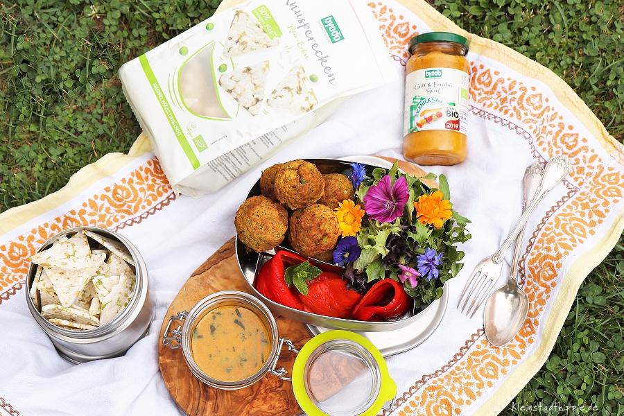Picknick mit Blütensalat, Grillpaprika, Falafeln. Rezept von Kleinstadthippie