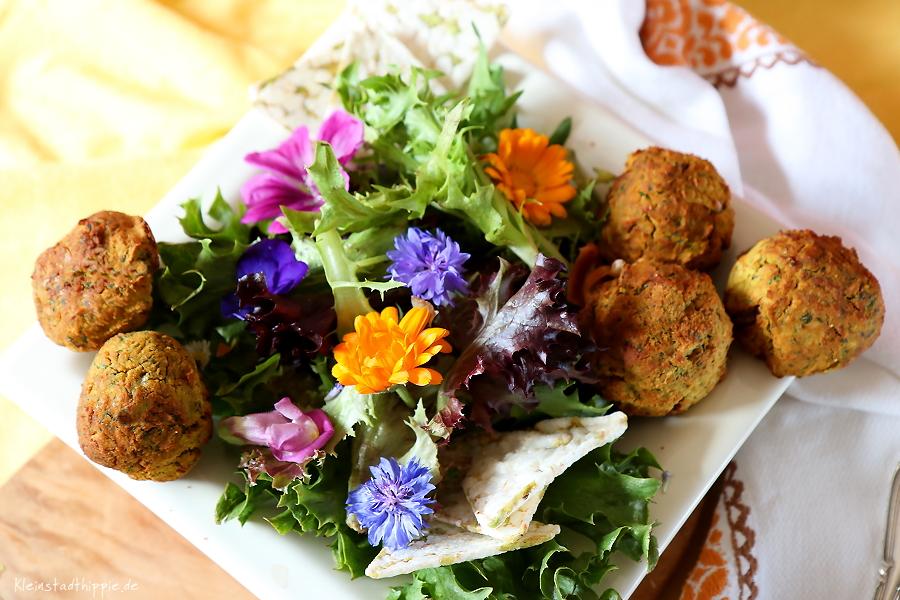 Veganes Picknick mit Blütensalat, Grillpaprika, Falafeln