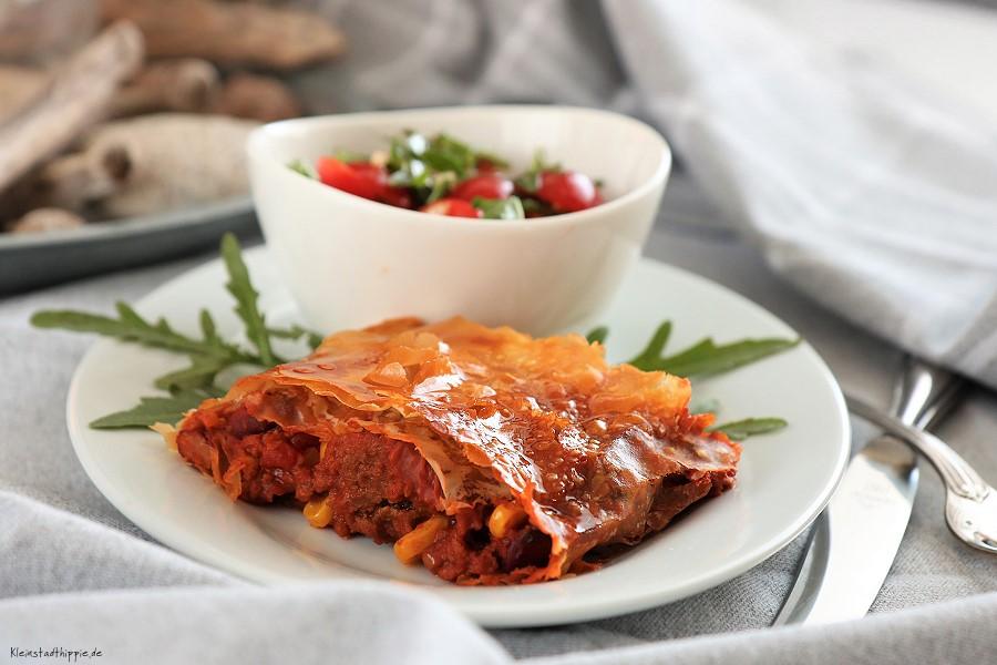 Kombination aus Chili sin Carne und Strudelteig: heraus kam ein knuspriger Chili-sin-Carne-Strudel mit Cherrytomaten-Ruccolasalat. Einfach und lecker!