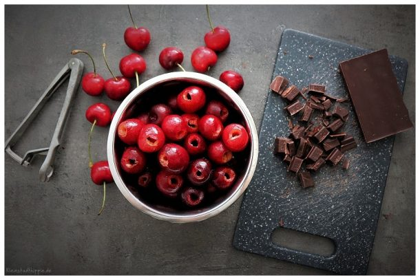Blätterteigkuchen mit Kirschen und Schokolade