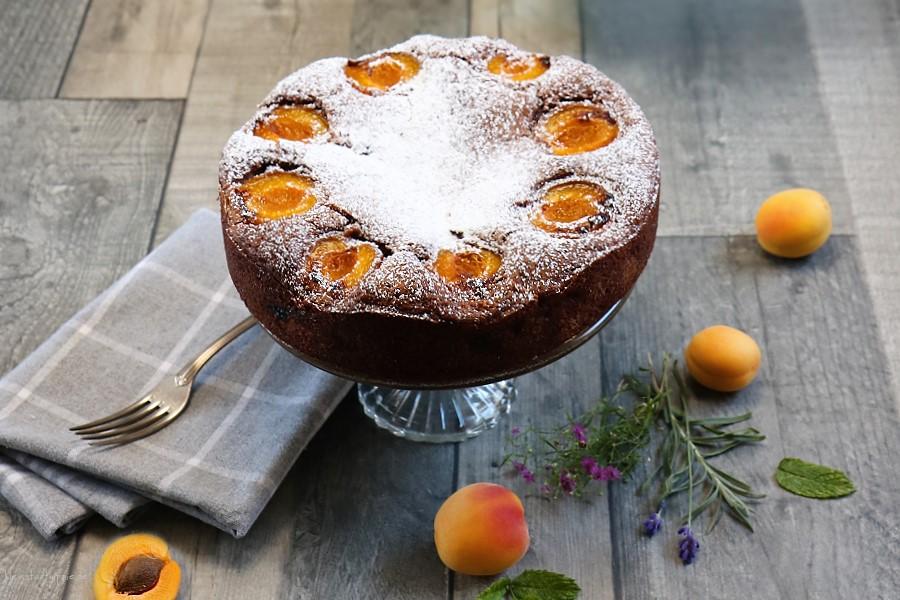 Schokoladenkuchen mit Zuckeraprikosen