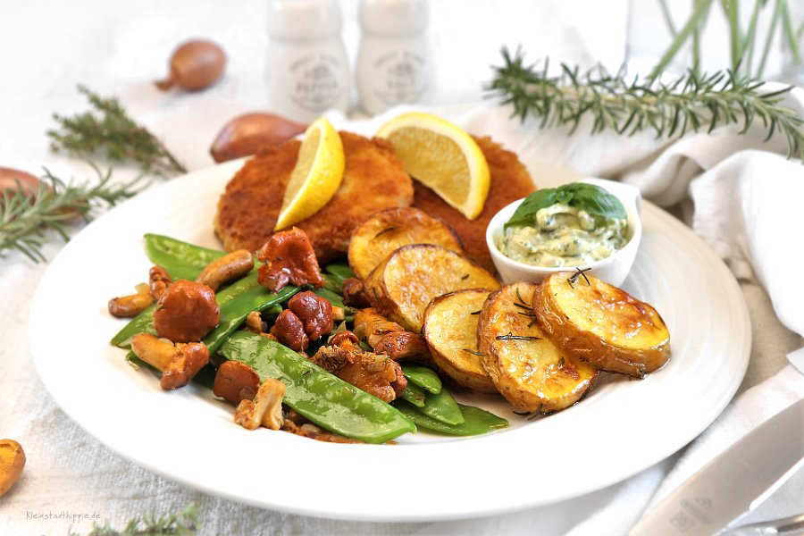 Sellerieschnitzel mit Remouladensoße, Pfifferling-Kaiserschotengemüse und Rosmarinkartoffeln