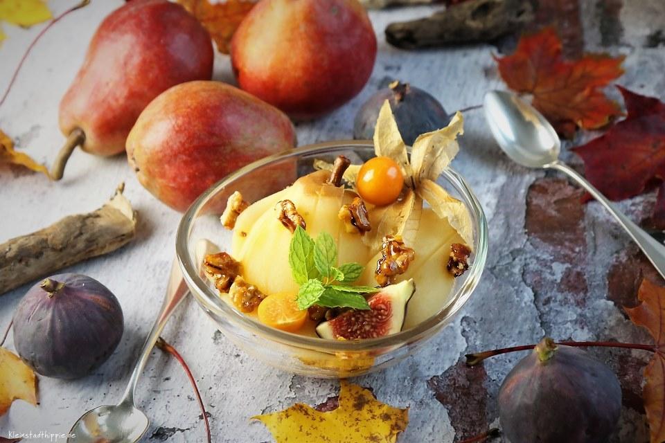 Apfelgrießdessert mit Birne und karamellisierten Walnüssen
