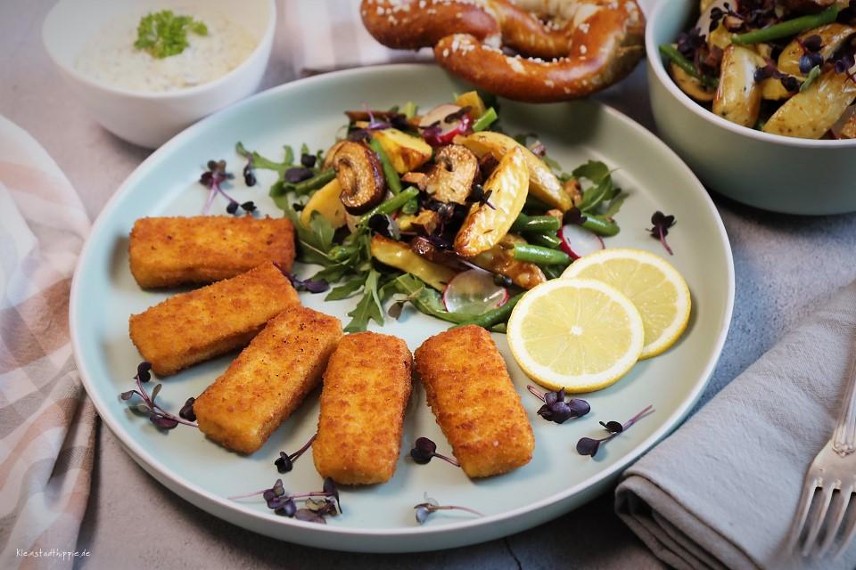 """Herbstlicher Ofenkartoffelsalat mit veganen """"Fisch""""stäbchen"""