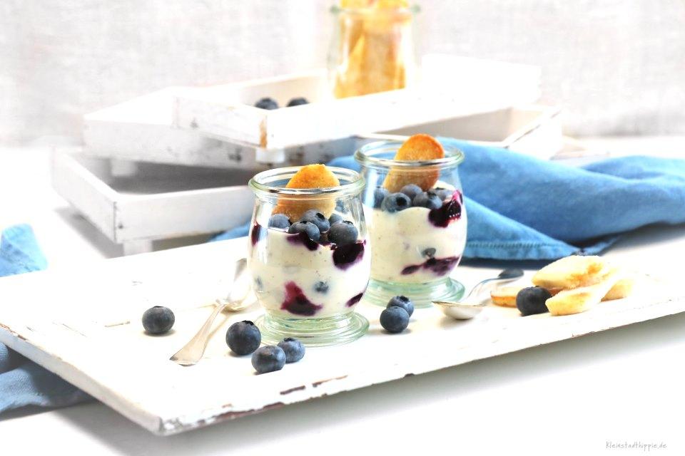 Heidelbeer-Joghurt-Dessert mit veganen Löffelbiskuits